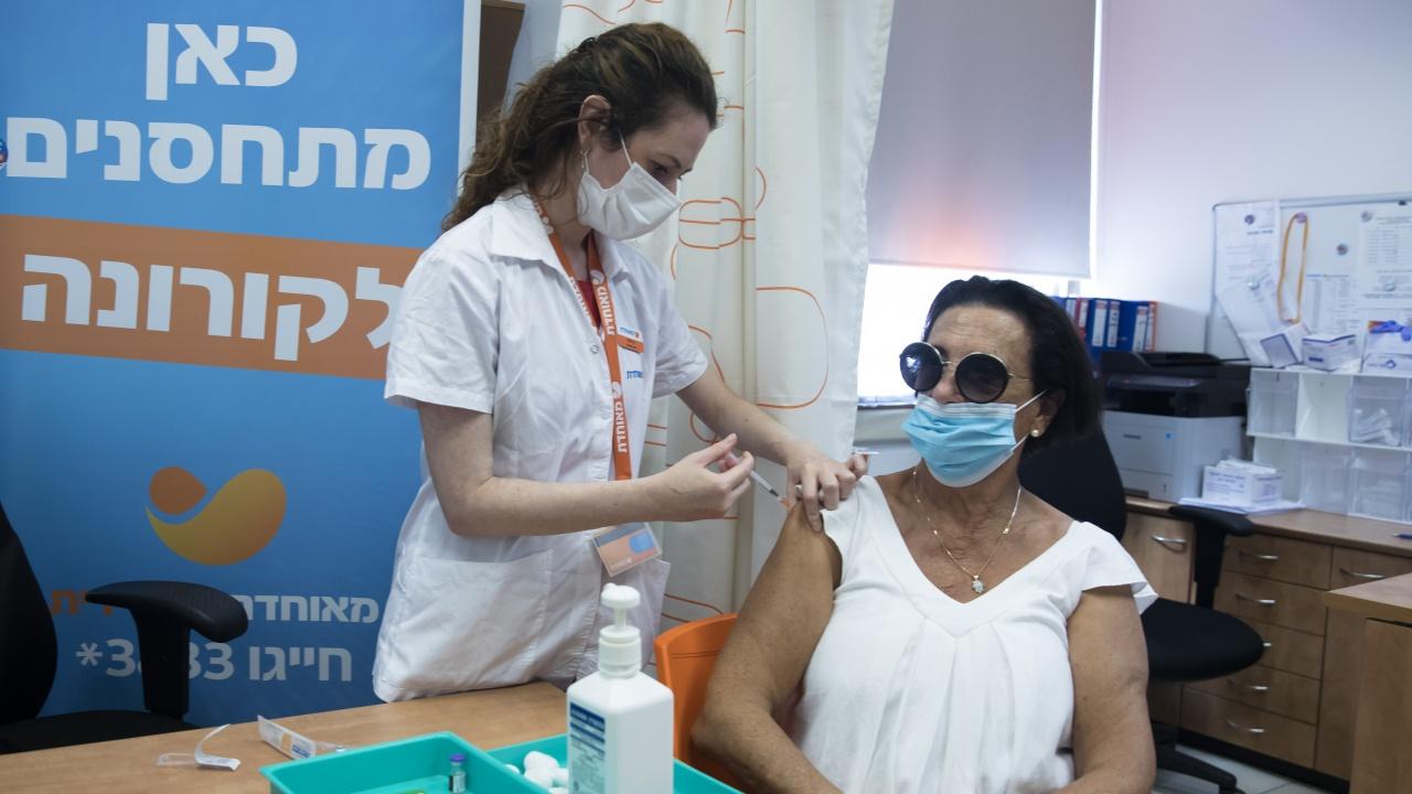 С бустерни дози, маски и зелен пропуск Израел успя да се справи с четвъртата ковид вълна