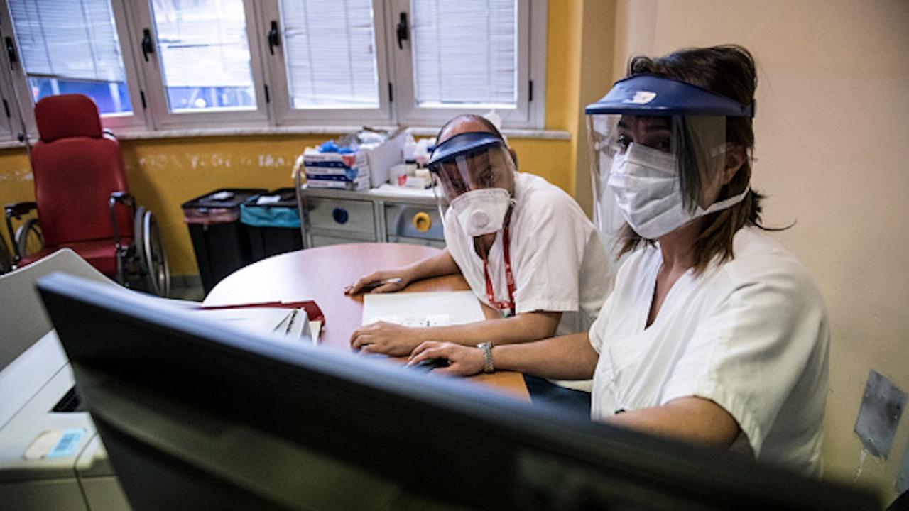 РЗИ прекратява договора за ваксинация с фелдшера, разследван за издаване на фалшиви COVID сертификати