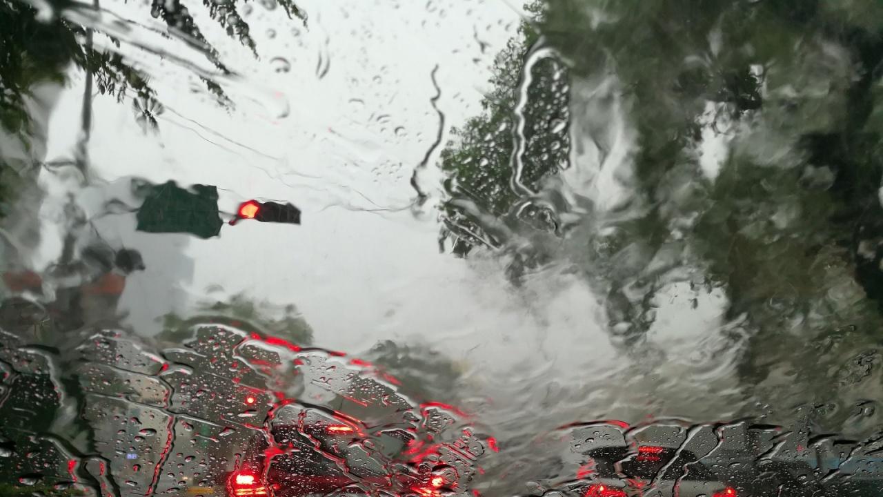 Пропадна пътен участък в Девинско заради силните дъждове