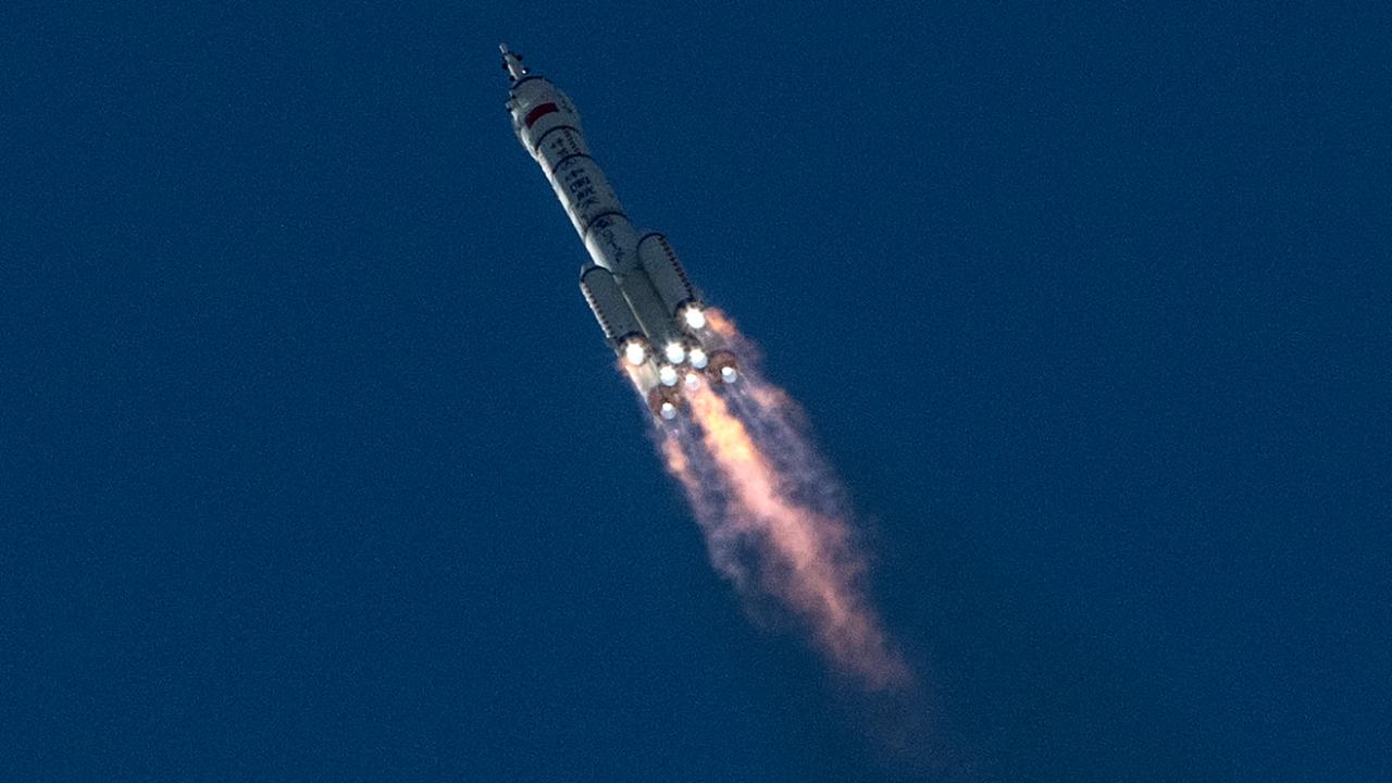 Пилотираният космически кораб на Китай се скачи с орбиталната станция