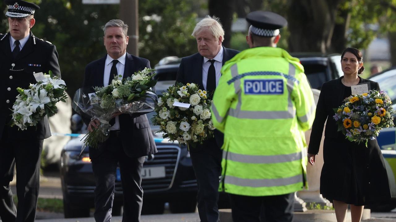 Борис Джонсън посети църквата, където беше убит британския депутат