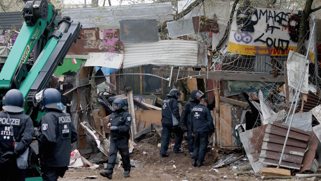 Германската полиция арестува 76 души при разбиването на незаконен лагер