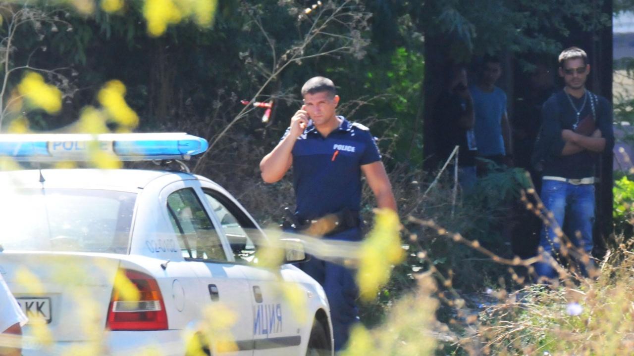 Полицаи отидоха на сигнал за катастрофа, на метри от нея  се натъкнаха на труп