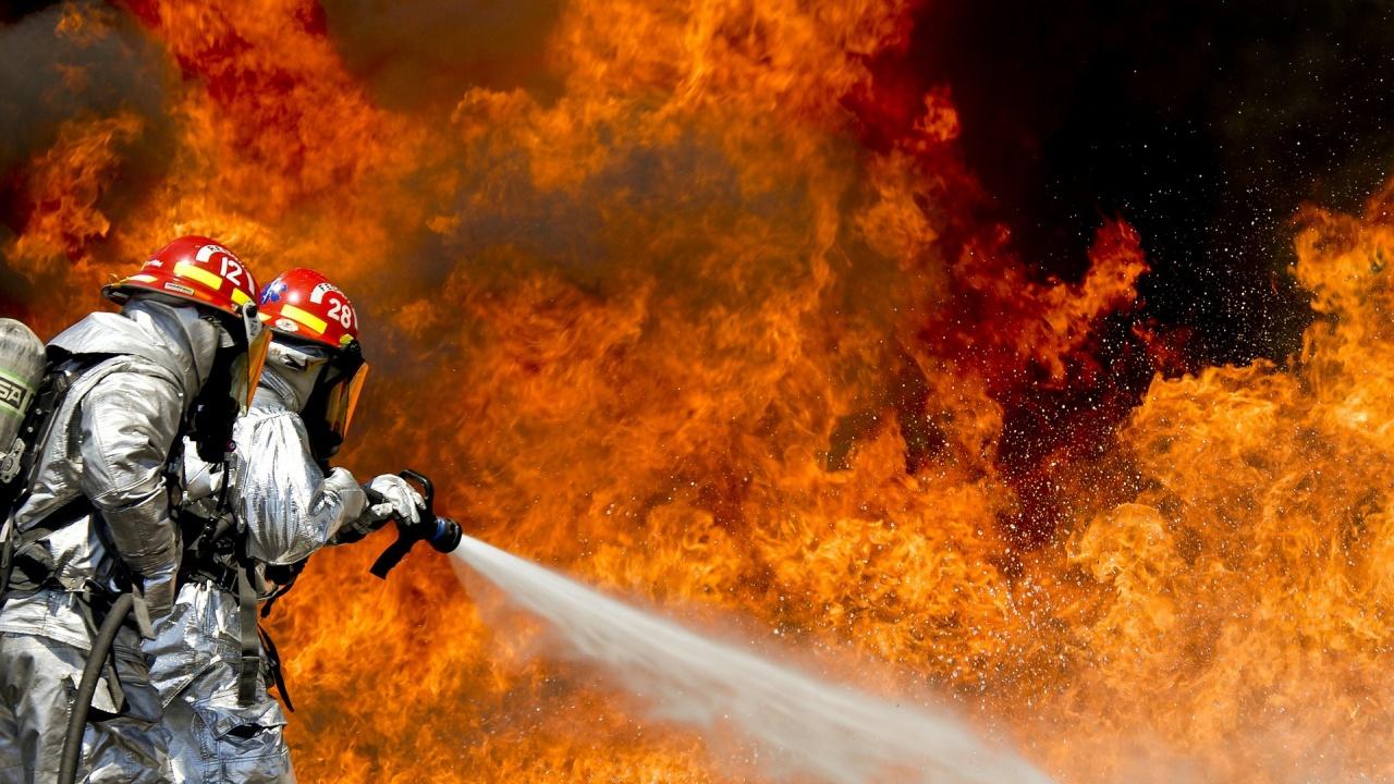 Огнеборци откриха труп на жена след пожар в Русе