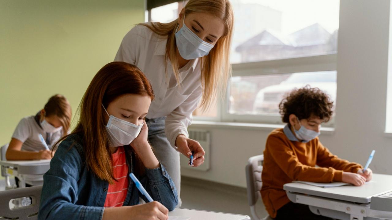 МОН подкрепя идеята за здравен сертификат за учителите