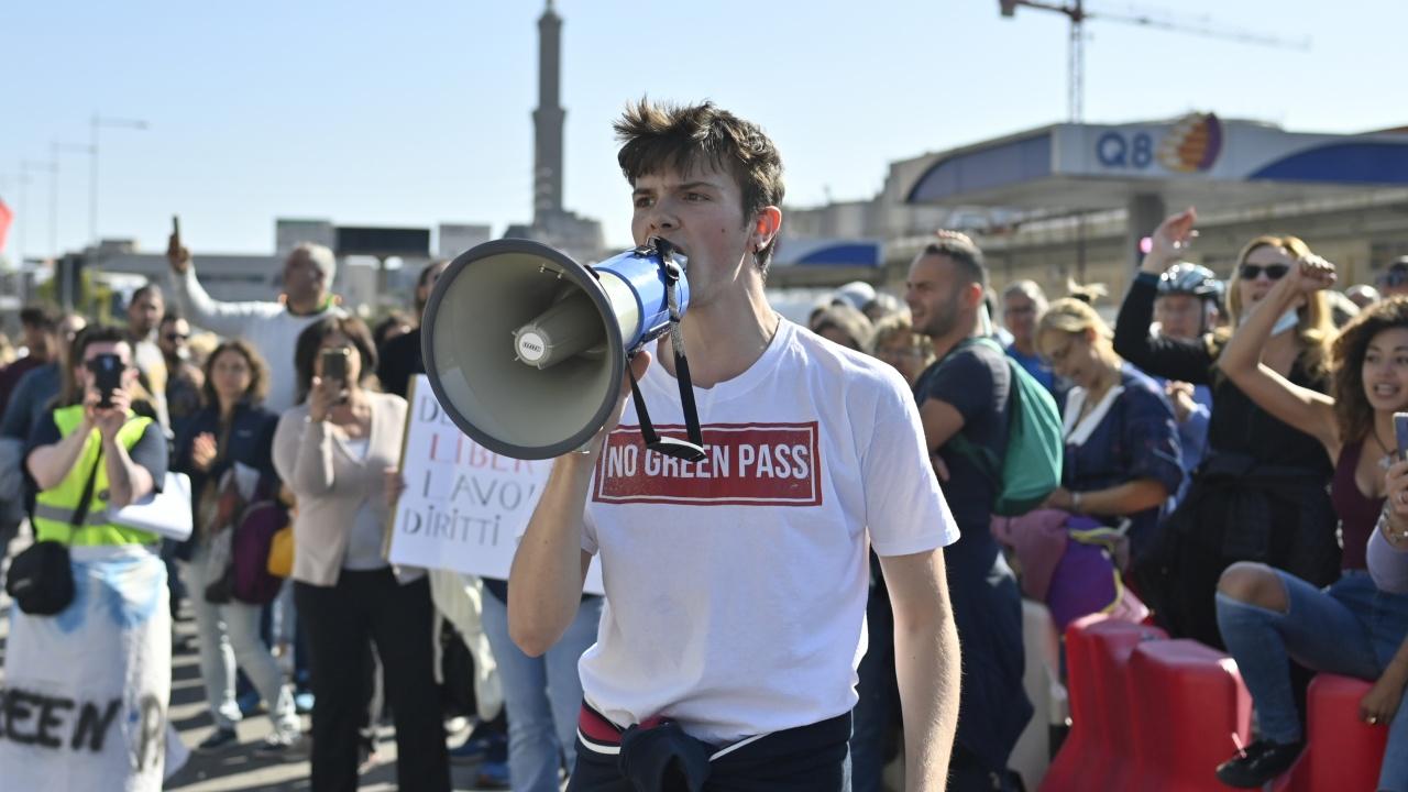 Нови протести и нови сблъсъци в Италия срещу здравния сертификат