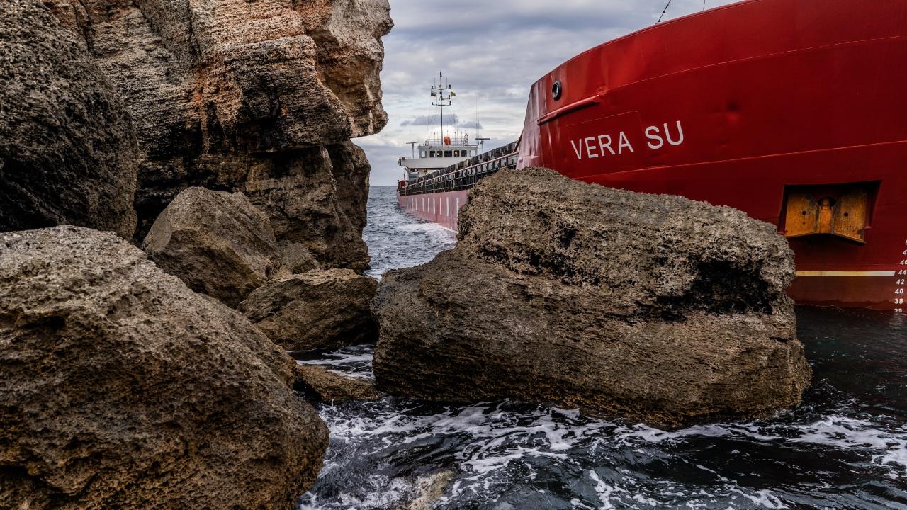 """Започна операцията по разтоварването на """"Вера Су"""", турският собственик не се отказва от плавателния съд"""