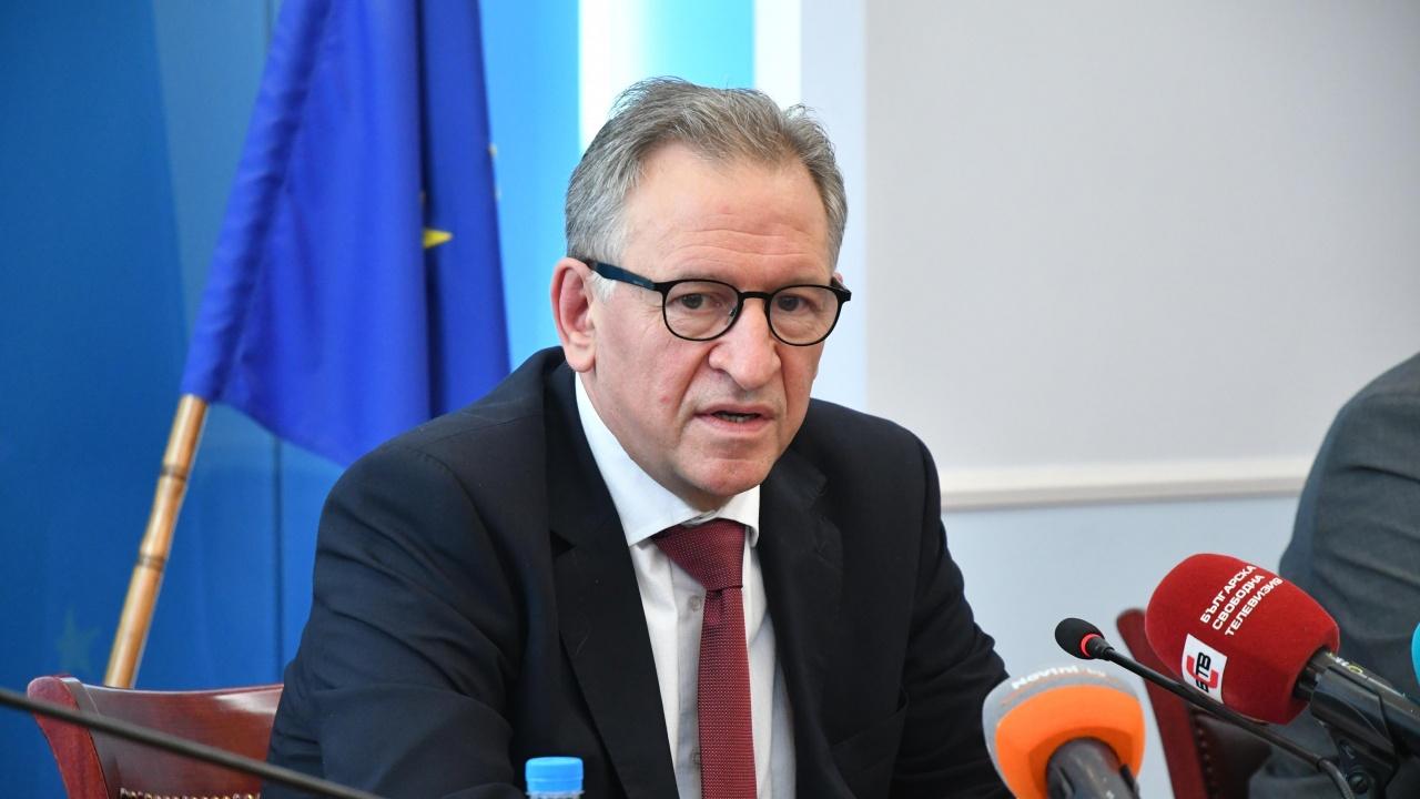 Здравният министър направи уточнение за новите мерки относно правото на труд