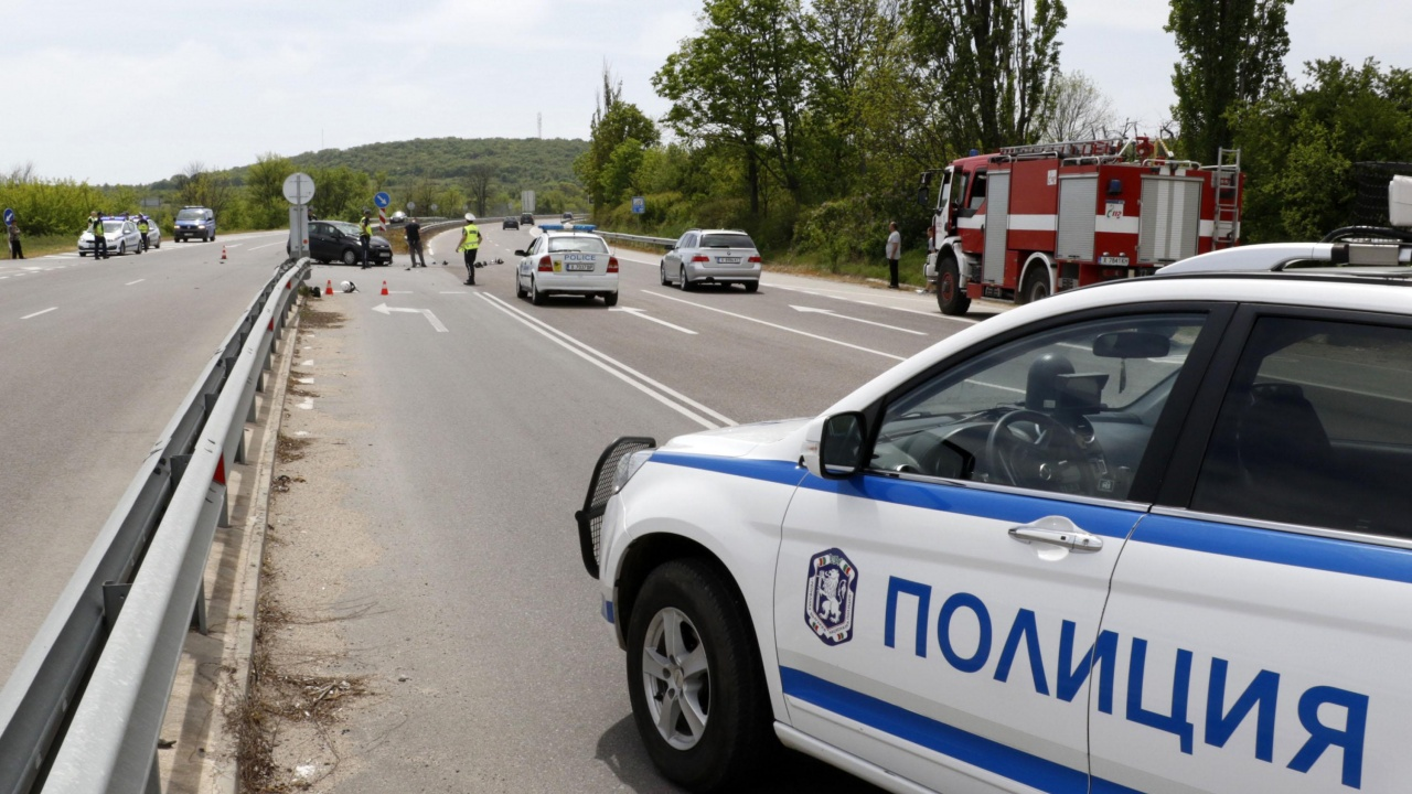 Моторист удари патрулка край Асеновград, има ранени
