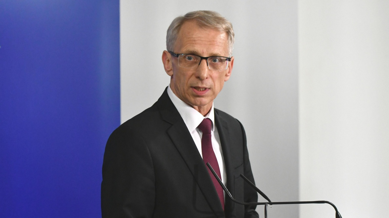 Официално: Министър Денков издаде заповед за преминаване към онлайн обучение, коментира и днешното нападение над него