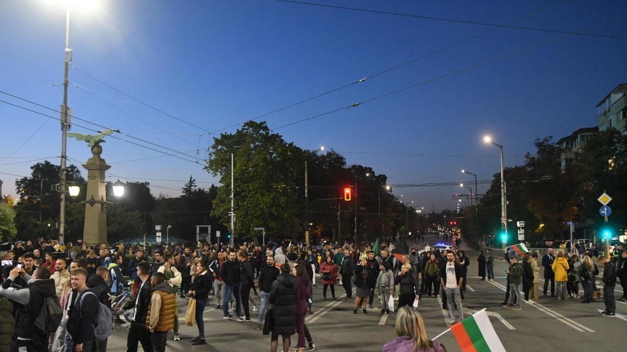 Протестиращи срещу COVID мерките блокираха движението на Орлов мост и при СУ