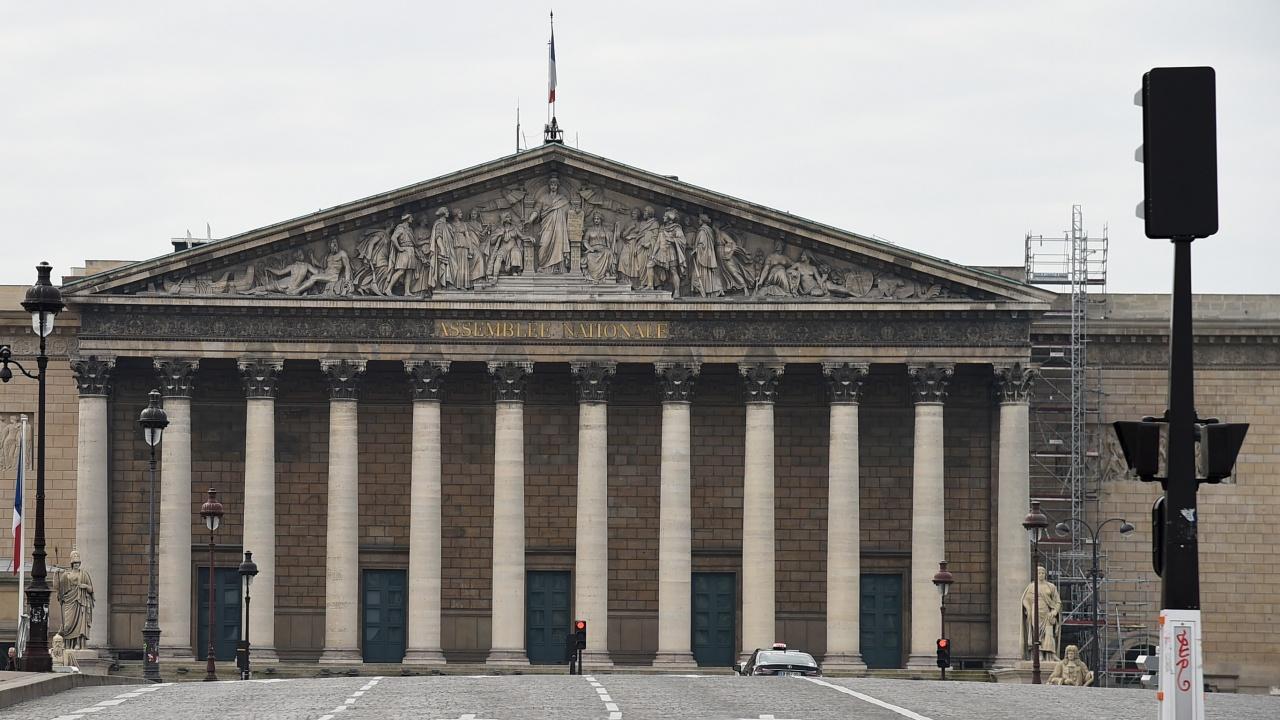 С десет гласа френските депутати приеха закон, удължаващ действието на здравните пропуски