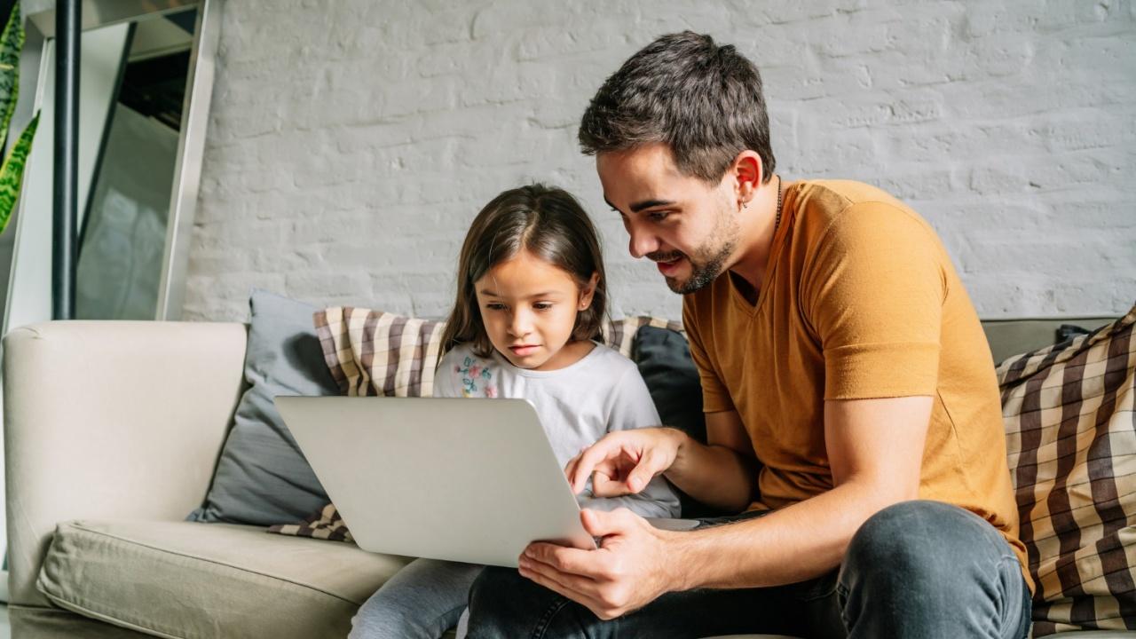 Родителите, чиито деца до 14 години учат онлайн, могат да получат финансова помощ
