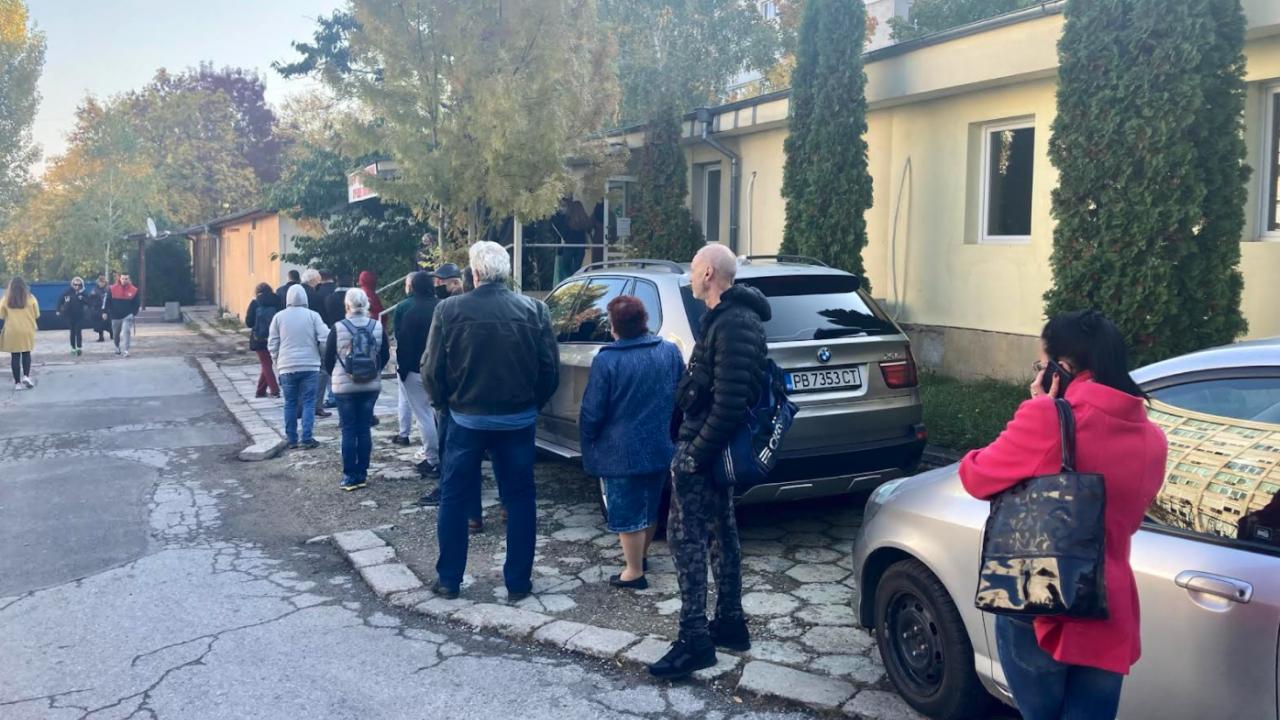 """Напливат за ваксинация пред болница """"Св. Анна"""" в софия не стихва"""