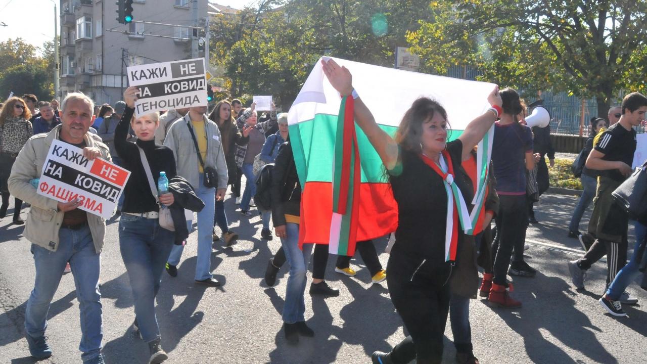 Близо 300 старозагорци поискаха оставката на здравния министър, сваляне на противоепидемичните мерки и отваряне на училищата