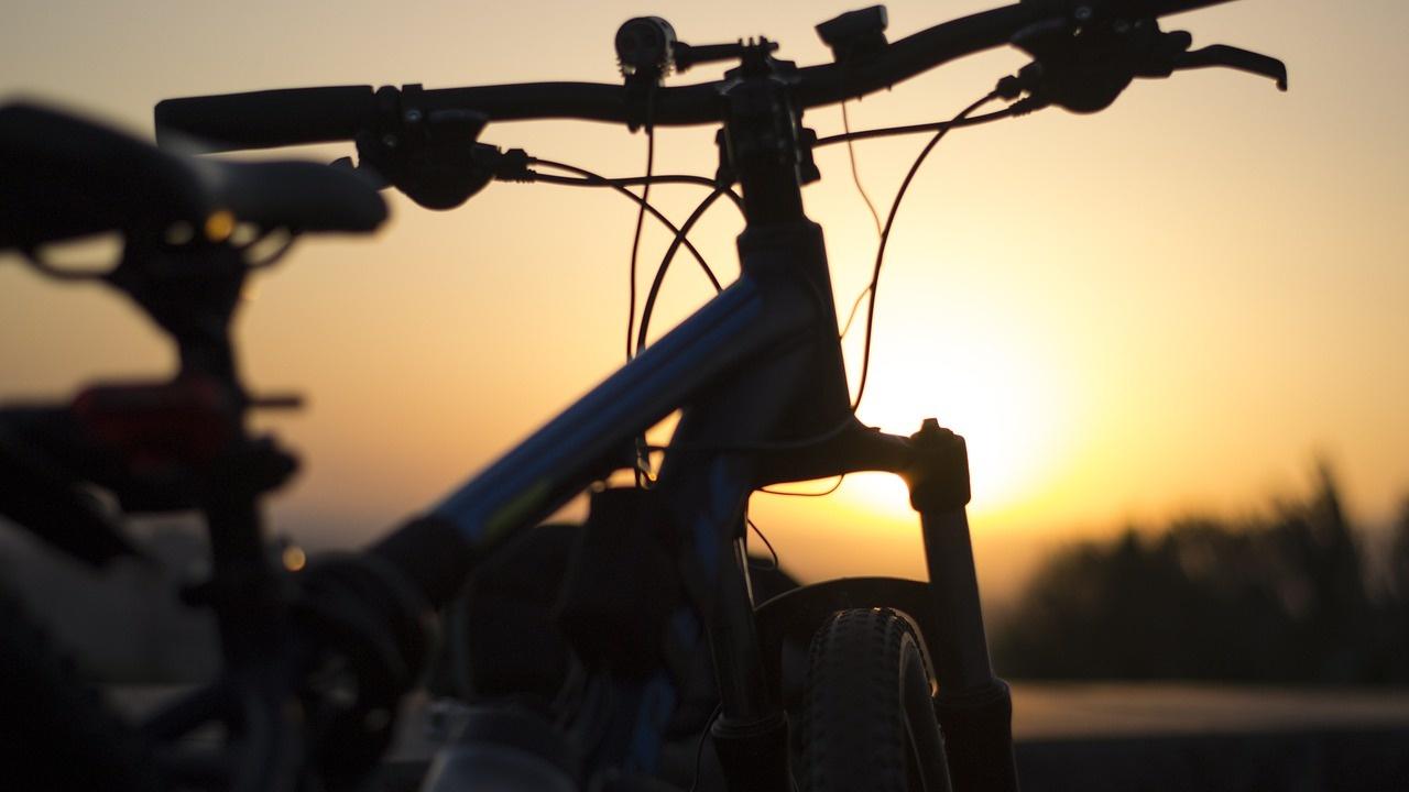 Велосипедист блъсна варненка и я прати в болница