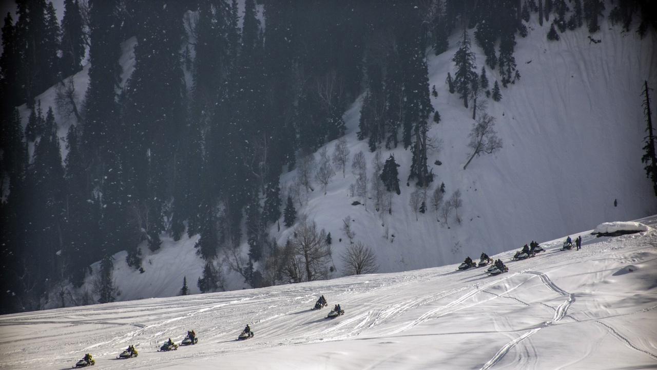 Снеговалеж взе 11 жертви в планински район в Северна Индия