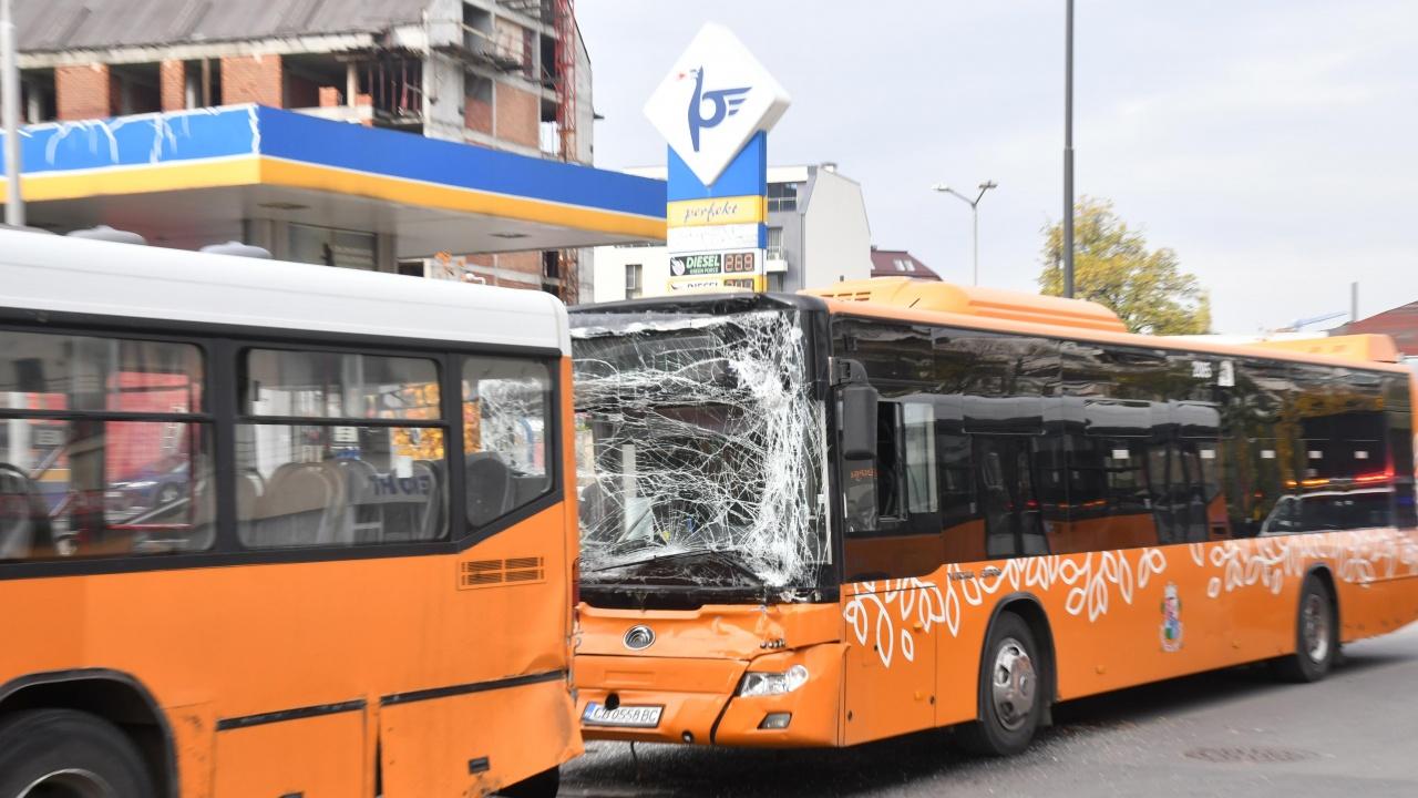 Катастрофа между 2 автобуса в София, има пострадали