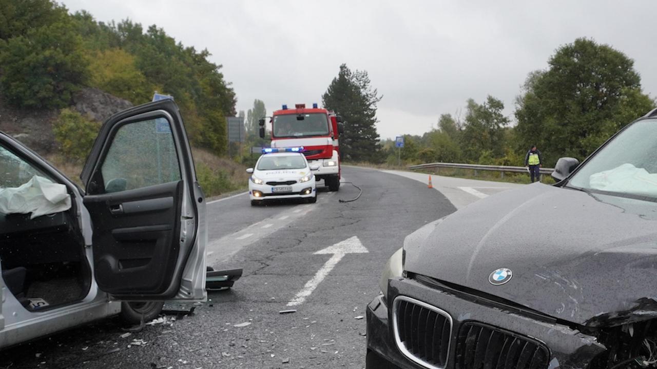Две коли катастрофираха край град Елена, пострада дете