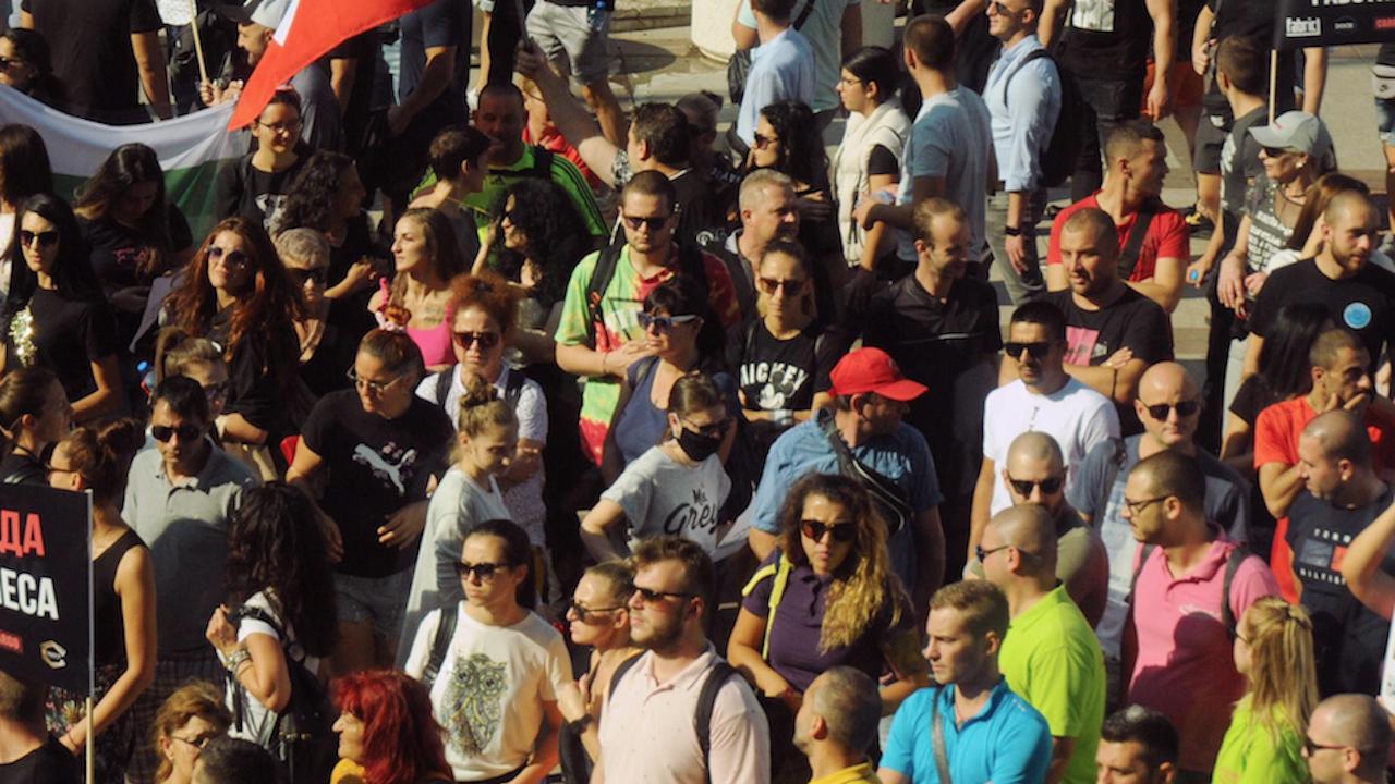 Протест срещу зеления сертификат събра няколкостотин души в центъра на Хасково