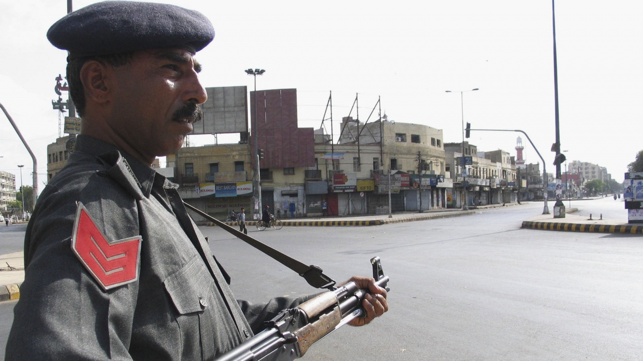Пакистан обмисля да изгони френския посланик