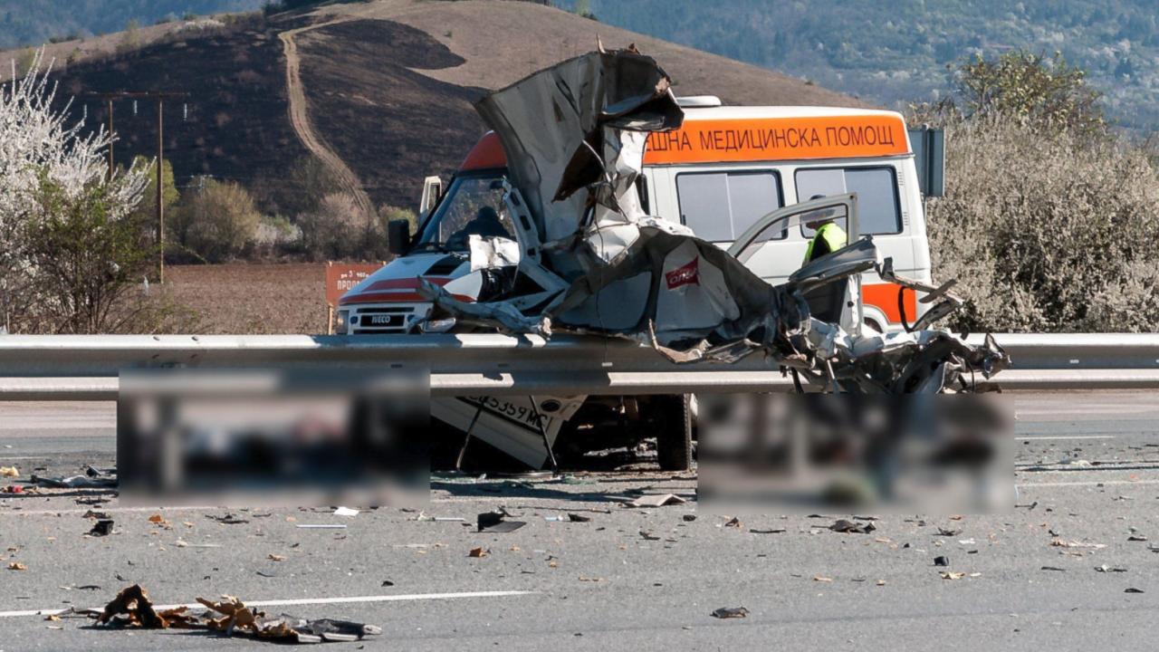 Челен удар между автобус и кола на пътя Мездра – Ботевград