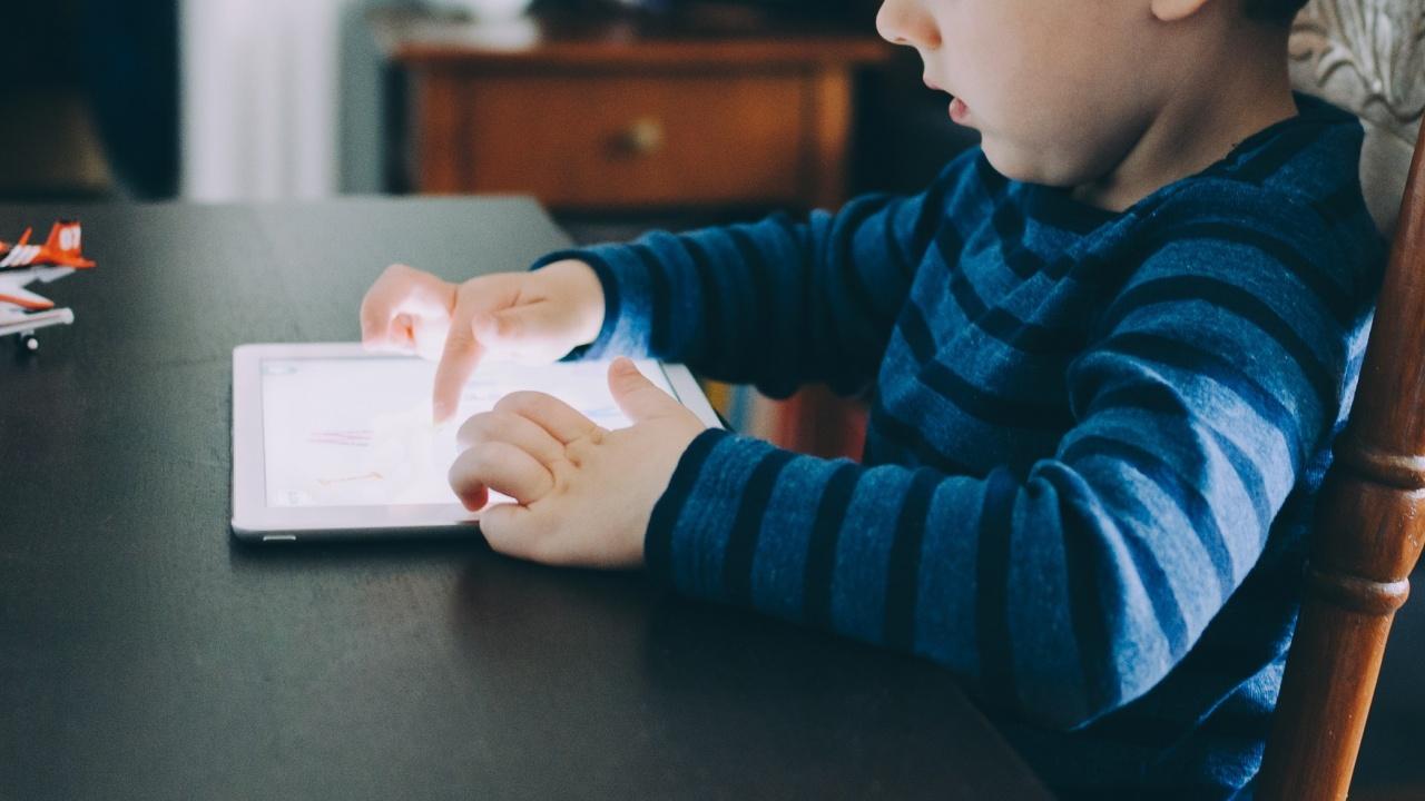 Децата прекарват повече време пред екраните заради COVID-19