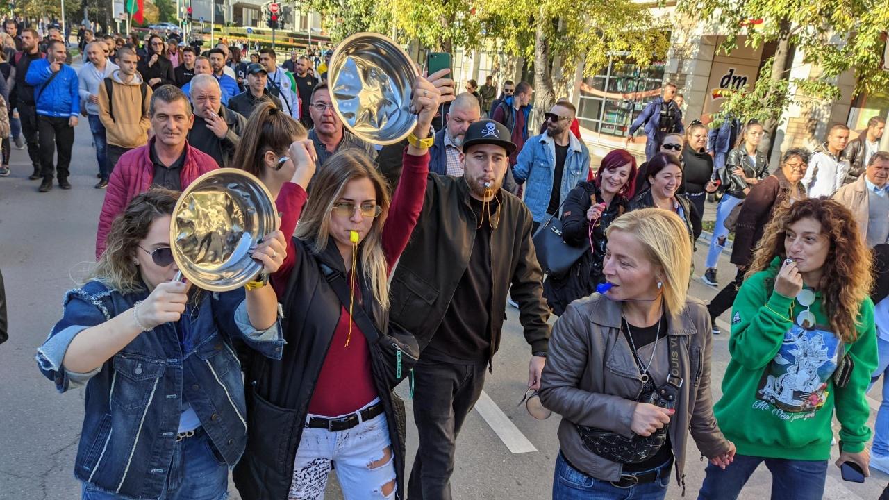 Около 50 души се събраха на протест в Пловдив и поискаха отпадането на зелените сертификати