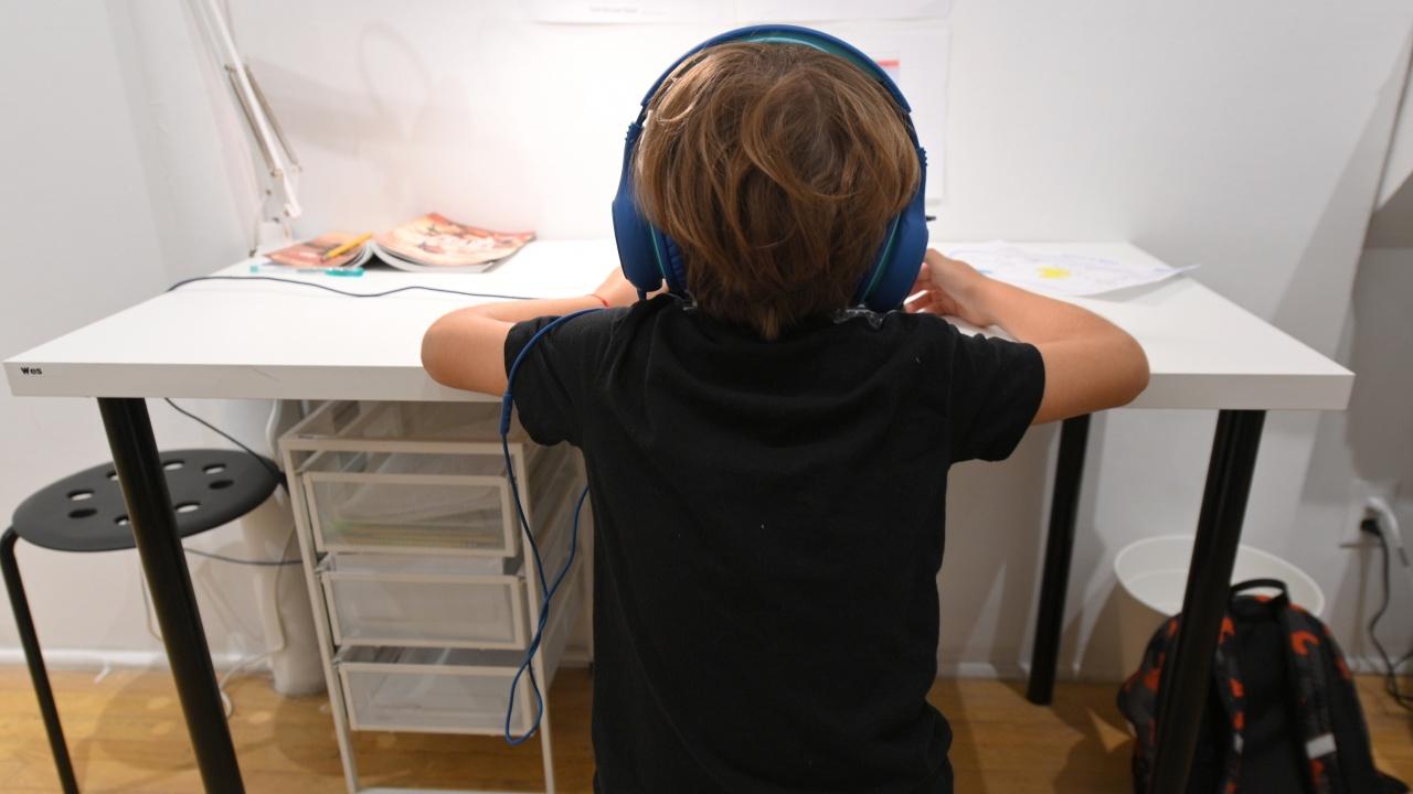 От утре в онлайн обучение преминават учениците от общините Бобошево и Невестино