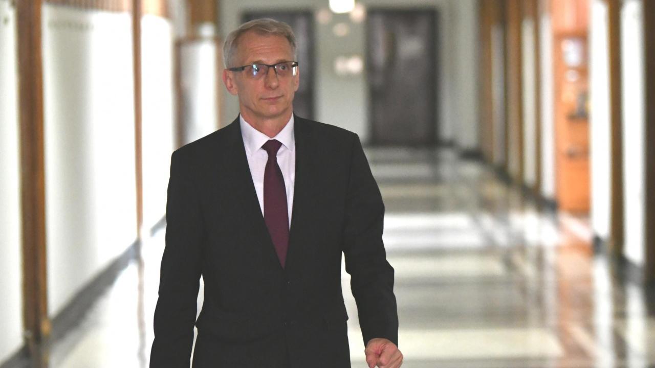 Министър Денков: Работим за връщането на малките ученици в клас още следващата седмица