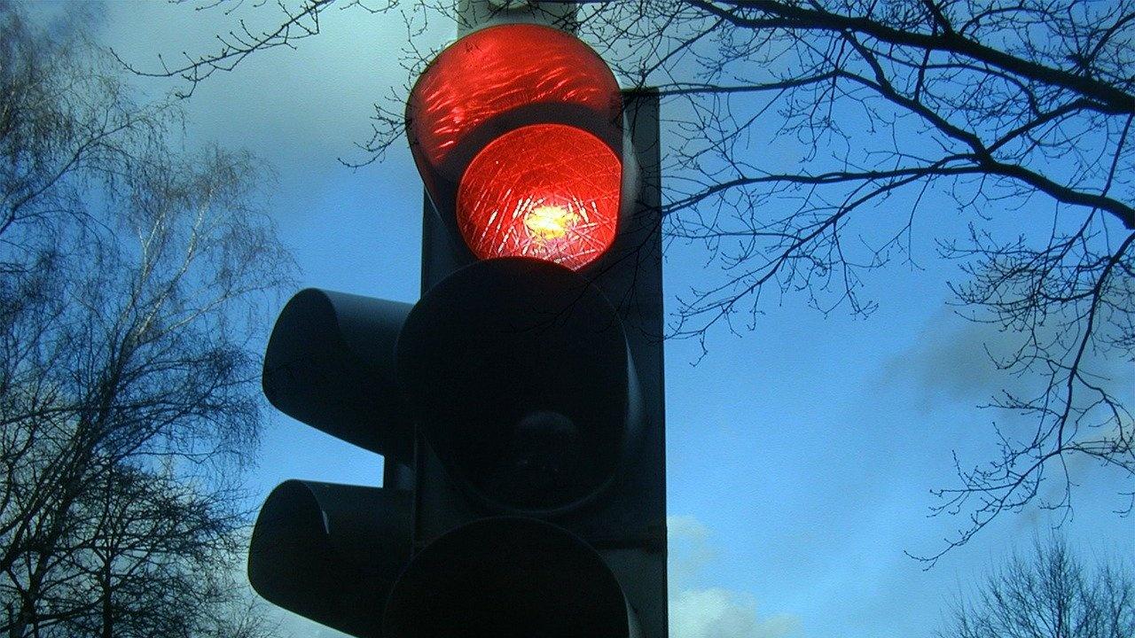 Наказват шофьор на градския транспорт, минал на червен светофар в Бургас