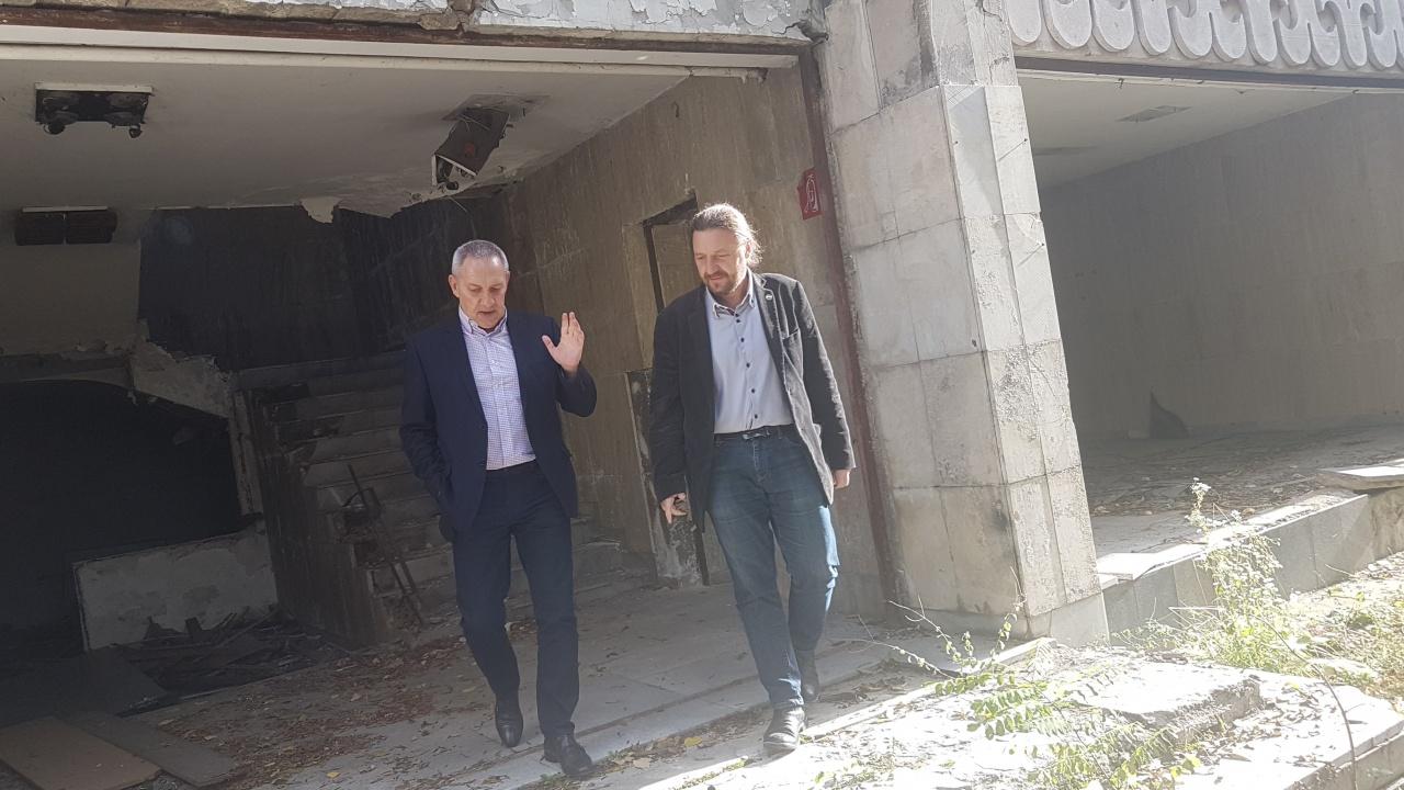 """Спортният министър Андрей Кузманов и кметът на Слатина огледаха """"Червено знаме"""" и обсъдиха бъдещето на базата"""