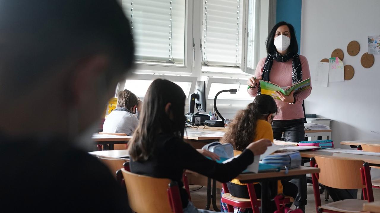 Учителка плаши деца, че от ваксините се умира