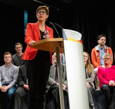 Одобрявате ли оттеглянето на Анегрет Крамп-Каренбауер от надпреварата за германски канцлер?