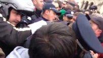 Полицаи бият студенти пред НС