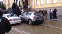 Протестиращ скочи върху колата на Антон Кутев
