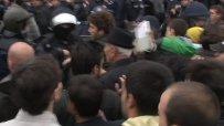 Полицията разчиства пътя за депутатите