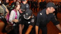 Полицията едва удържа натиска на протестиращите