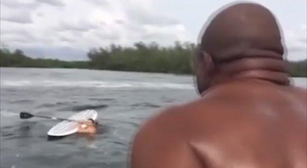 Уникално шоу: Бригс бутна във водата Кличко