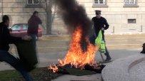 (18+)Ужасяващи кадри:Жена се запали пред президентството