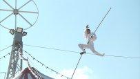 Акробат премина необезопасен 10 метра по въже на купола на цирк