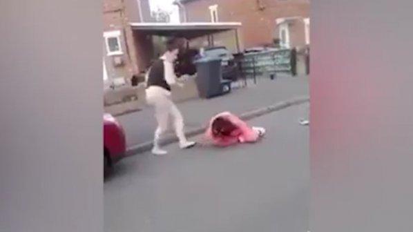 Брутален женски бой шокира Англия