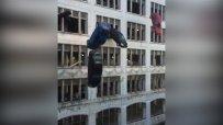 Коли летят през прозорците на сграда в Кливланд