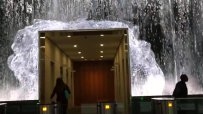 """Служители минават под """"водопад"""", за да отидат на работа"""