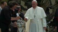Папата погали тигър
