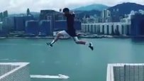 Смел британец скочи между два небостъргача