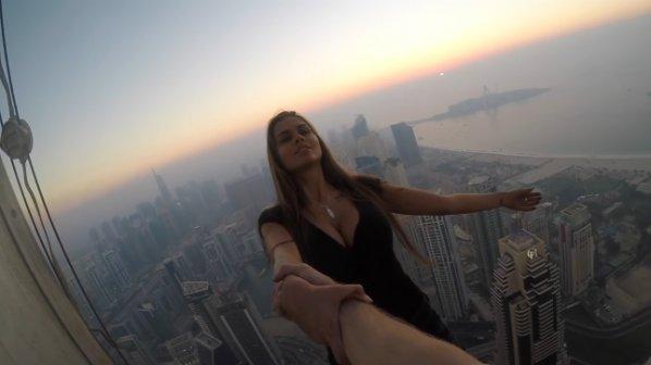Красива моделка увисна от небостъргач в Дубай
