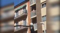 Страстна двойка прави секс на балкон посред бял ден