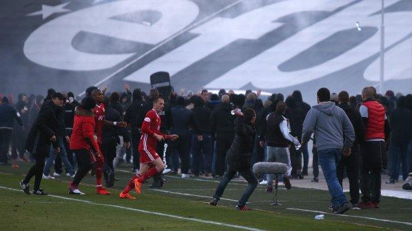 Батални сцени и масов бой между фенове на Локо Пд и ЦСКА-София прекрати мача, има ранени