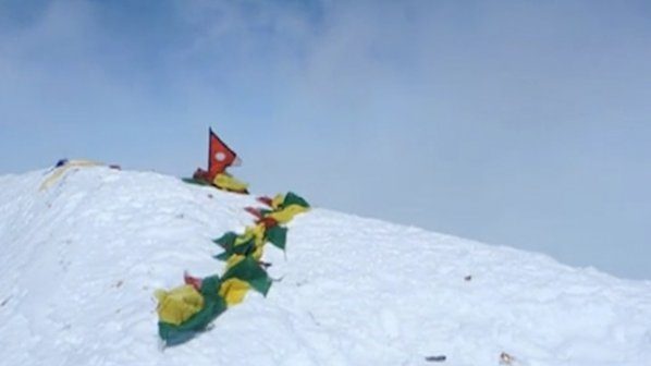 Алпинист: Ураганни ветрове бушуват в района на Еверест